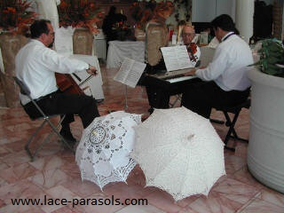 Trio Brioso and elegant parasols